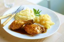 Cuisses de volaille au four avec purée de pommes de terre maison et coriandre fraîche
